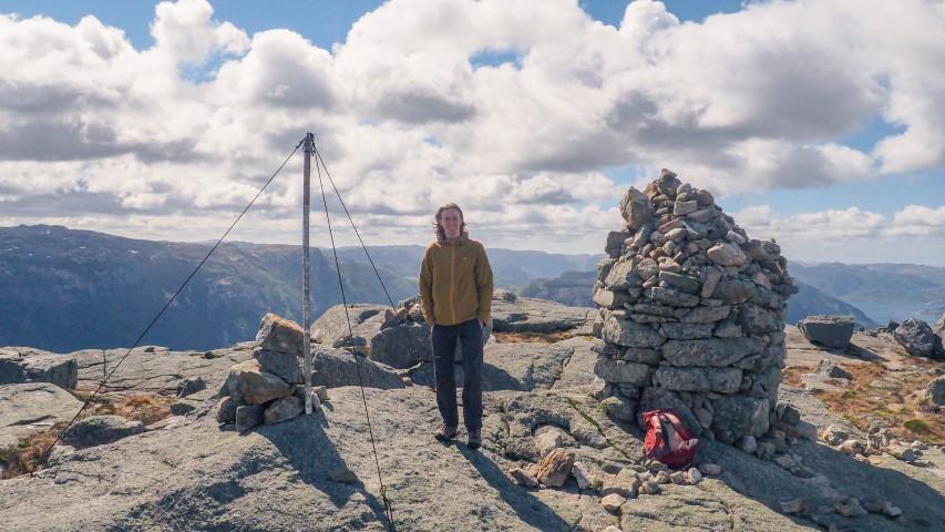 En-la-cima-de-Neverdalsfjell-Preikestolen